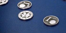 Eurocent-Münzen auf dunklem Samt