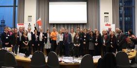 Gewerkschaftsforums der FES in London: Gruppenbild Teilnehmer*innen mit DGB-Flagge