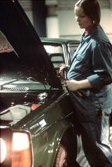 Schwangere Automechanikerin, Schweden