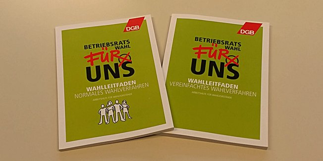 Foto zweier Broschüren auf einem Tisch (Wahlleitfäden für Betriebsratswahl)