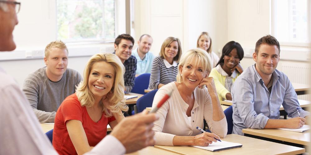 Dozent erklärt und Studierende schauen ihn aufmerksam an