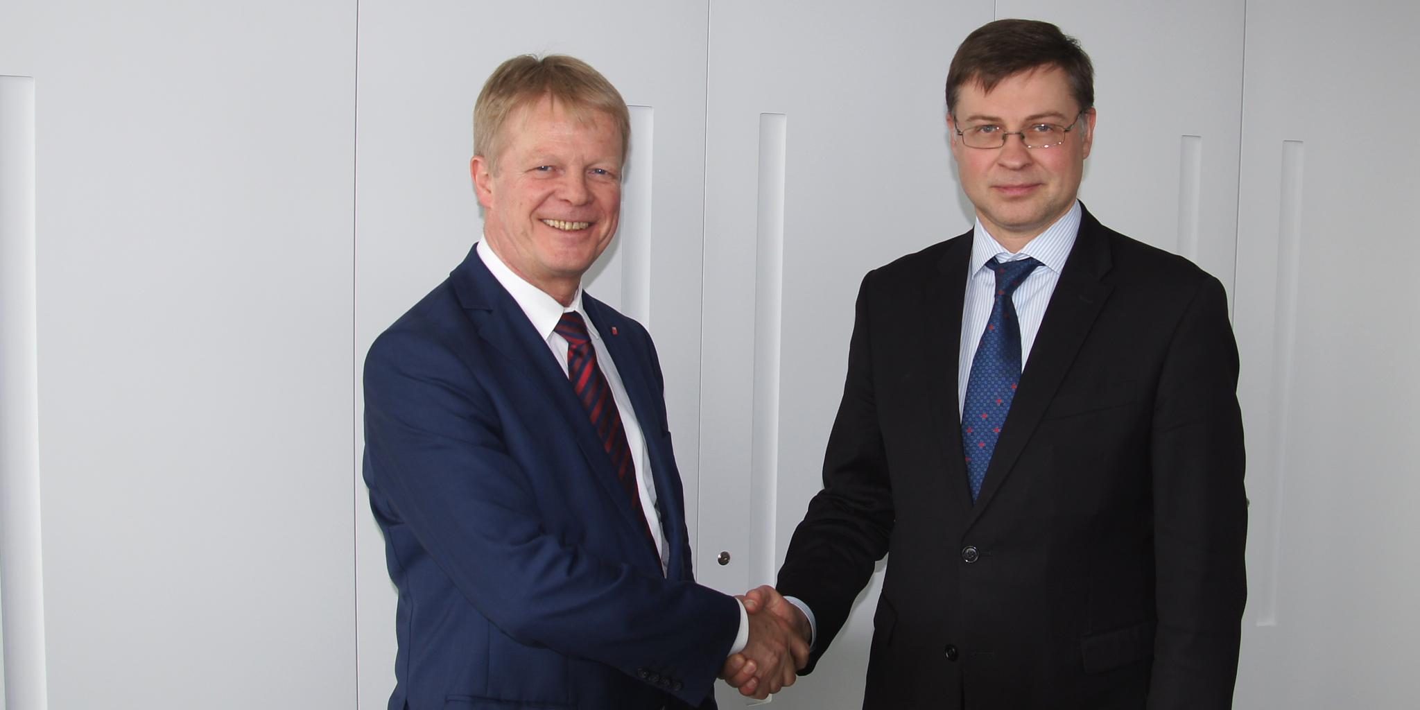 Handschlag von DGB-Vorsitzendem Reiner Hoffmann und dem Vizepräsidenten der EU-Kommission Valdis Dombrovskis