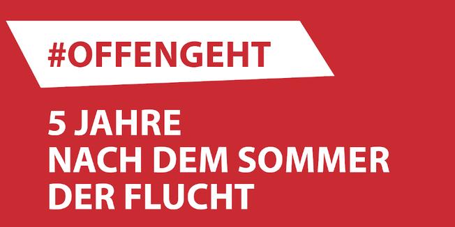 """weiße Schrift auf rotem Grund: """"#offengeht: Fünf Jahre nach dem Sommer der Flucht"""""""