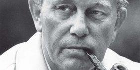 Schwarz-weiß-Porträt des ehemaligen DGB-Vorsitzenden Heinz Oskar Vetter mit Pfeife im Mund