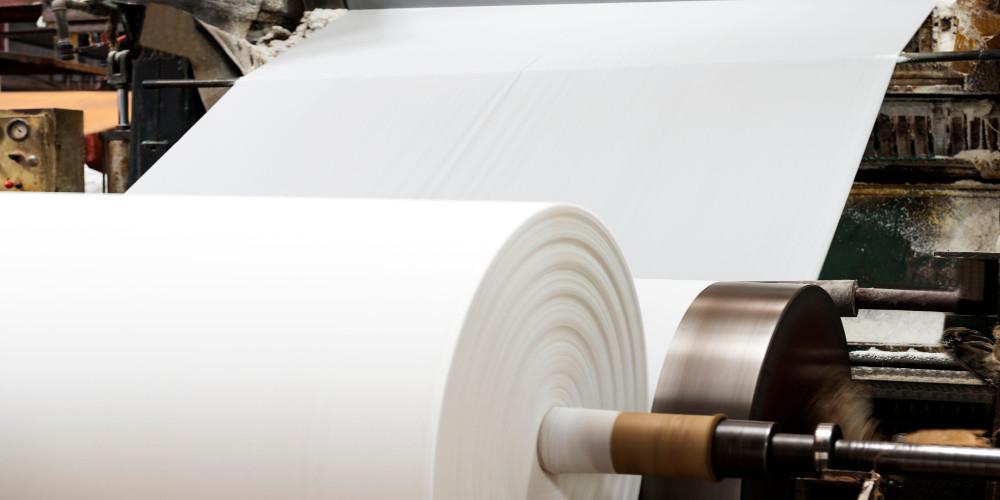 Papierrolle in der Papierproduktion