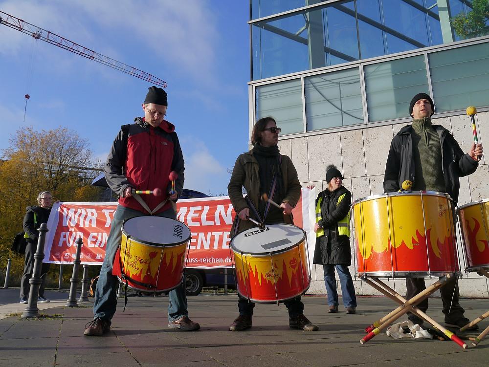 Trommeln für eine Gute Rente vor der CDU-Zentrale in Berlin