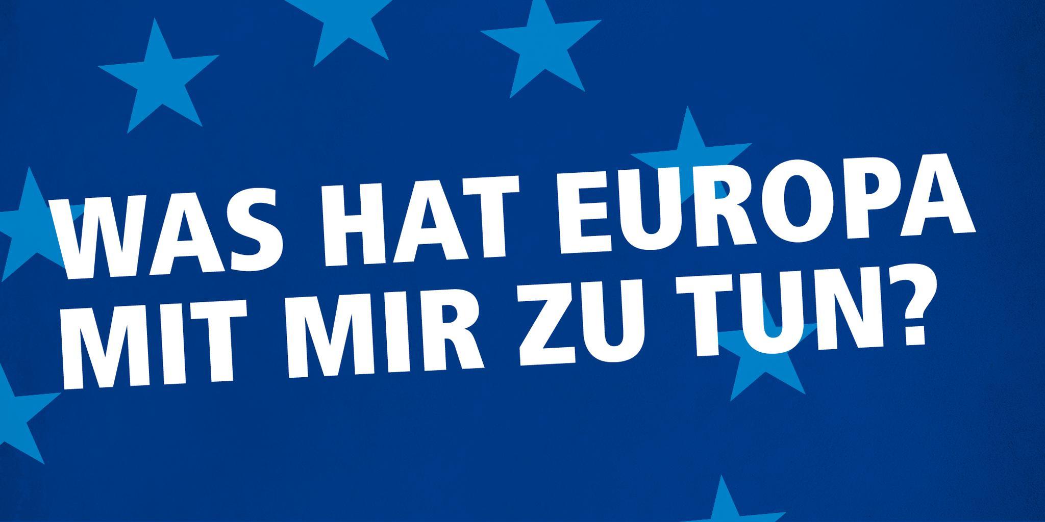 """Schriftzug weiße Schrift auf blauem Grund mit Sternen """"Was hat Europa mit mir zu tun?"""""""