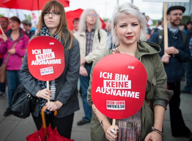 """Demoteilnehmerin mit Schild """"Ich bin keine Ausnahme"""""""