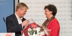 Der DGB-Vorsitzende Reiner Hoffmann gratuliert dem neuen DGB-Vorstandsmitglied Anja Piel zur Wahl