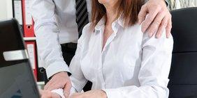 Nahaufnahme Geschäftsmann legt Frau die Hand auf die Schulter