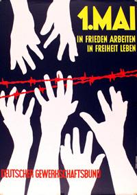 Motiv: weiße Hände auf dunklem Hintergrund strekcen sich durch roten Stacheldraht anderen Händen entgegen.