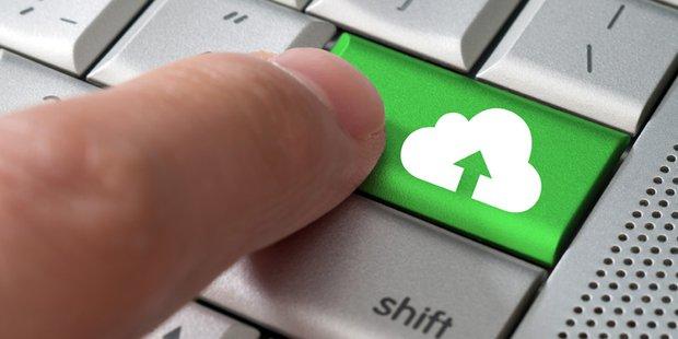 Computertastatur mit hervorgehobener grüner Cloudtaste
