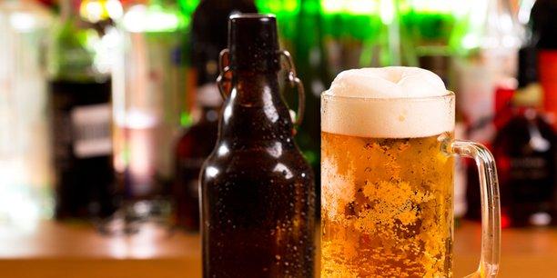Volles Bierglass neben Bierflasche