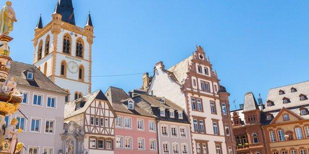 Häuser und Kirchturm in der Stadt Trier in Rheinland-Pfalz