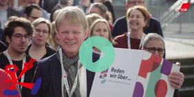 Reiner Hoffmann (DGB-Vorsitzender) mit einer Dialogbox aus dem Zukunftsdialog