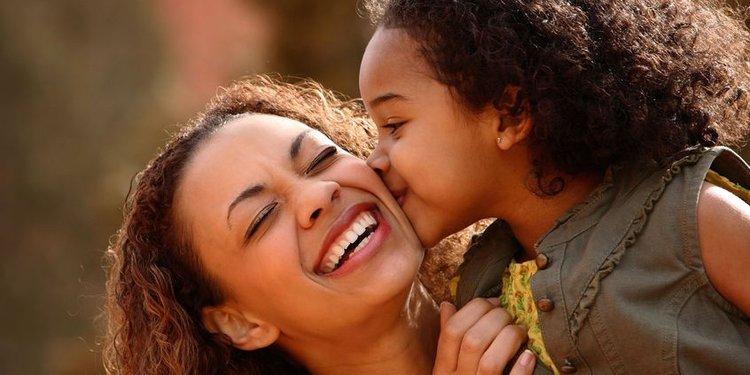 Lachende Mutter mit Kind
