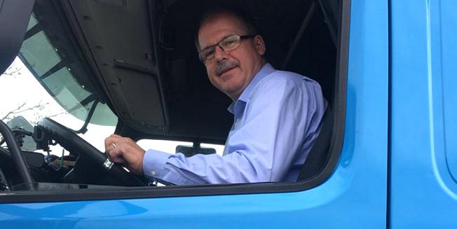 DGB-Vorstand Stefan Körzell hinter dem Steuer eines LKW, blickt aus dem Seitenfenster