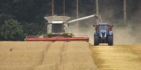 Landwirtschaftsmaschinen bei der Getreideernte