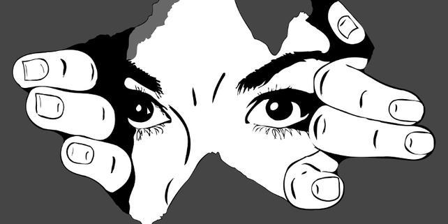 Augen und Hände hinter Loch in Papier