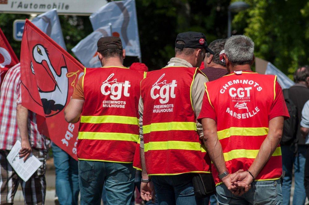 Gewerkschafter mit dem Rücken gewandt und Westen mit der Aufschrift CGT