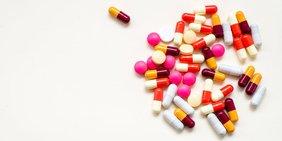 Bunte Pillen vor weißem Hintergrund