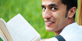 Mann mit Buch