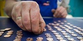 Hand zählt Münzen