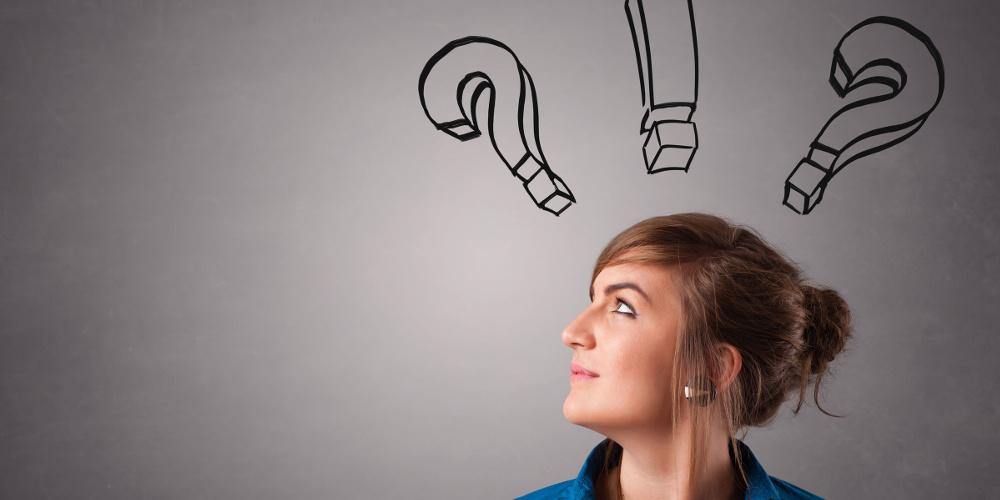 Frauenkopf im Profil  mit Fragezeichen und Ausrufezeichen