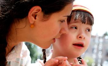Frau mit Kind (Down-Syndrom)