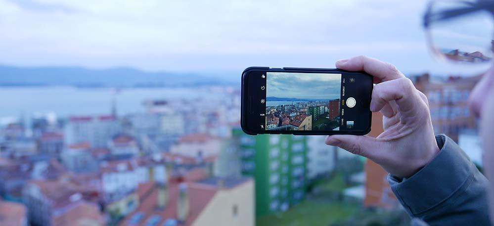 Blick auf die Stadt Santander. Mit Smartphone.