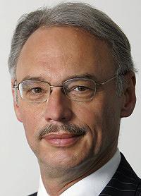 Portrait von Dietmar Hexel. Blick zur Kamera.