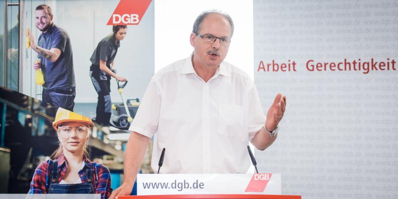 DGB-Vorstandsmitglied Stefan Koerzell am Redepult