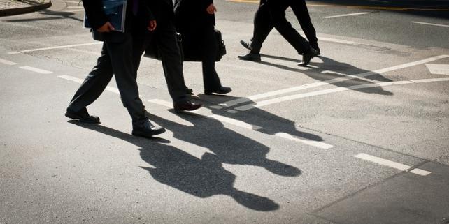 Beine von Personen in Anzügen, Straße