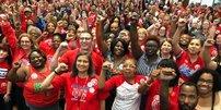 Hunderte Lehrerinnen und Lehrer zeugen die triumphal erhobene Faust
