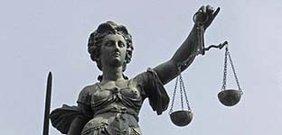 Eine Statue der Justitia, Allegorie der Gerechtigkeit,