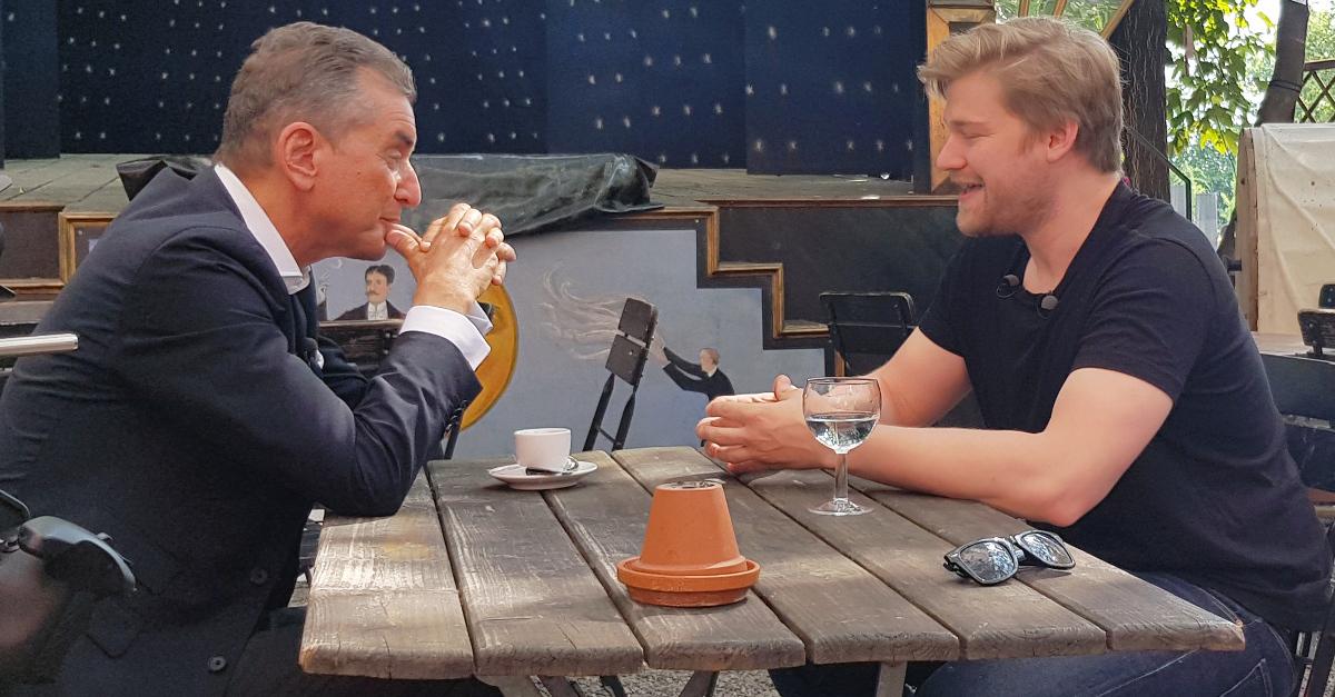 N24-Moderator Michel Friedman (links) mit Shahak Shapira, Schriftsteller, Musiker und Satiriker, im Gespräch über Europa und seine Sicht als Israeli, der seit vielen Jahren in Deutschland lebt.