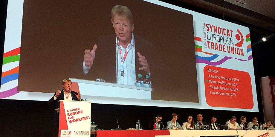 DGB-Vorsitzender Reiner Hoffmann in Kongresshalle bei Rede an Rednerpult
