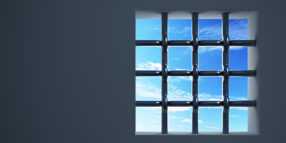 Gefängnisfenster mit Gittern