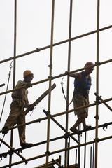 Arbeiter auf einem Baugerüst, Beijing, China