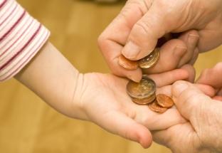 Kinderhand, Erwachsenenhand, Münzen