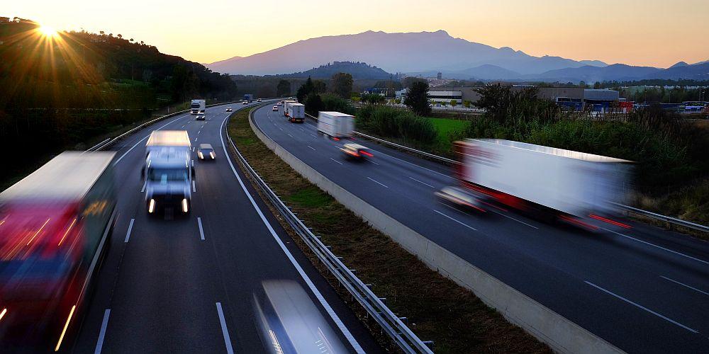 Mehrere LKW in verwischter Szenerie auf der Autobahn