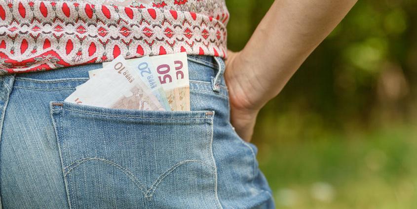 Geldscheine in Gesäßtasche einer Jeans