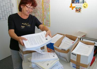 Bein DGB packt eine Verwaltungsangestellte die 8443 Unterschriftenlisten in Kartons