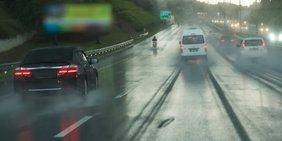 Pkw auf Autobahn bei Regen