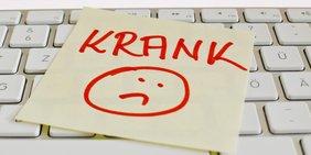"""Zettel mit Aufschrift """"Krank"""" auf Tastatur auf Tatsta"""