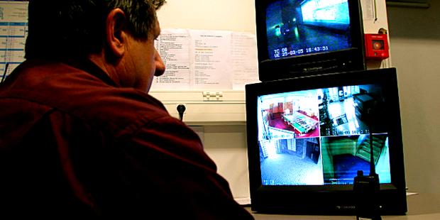 Detektiv / Arbeitgeber vor Bildschirmen, Videoüberwachung