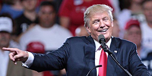 US-Präsident Donald Trump an Rednerpult bei einer Rede; weist mit Zeigefinger zur Seite ins Publikum
