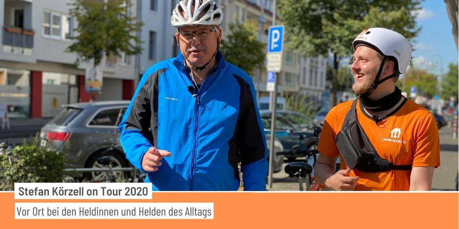 DGB-Vorstand Stefan Körzell mit einem Lieferando Fahrer, Station seiner BeiDenHeldInnenTour 2020 in Köln