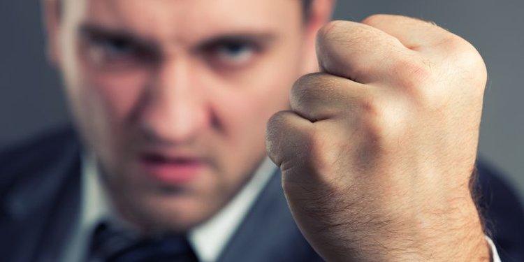 Wütender Mann im Anzug mit geballter Faust
