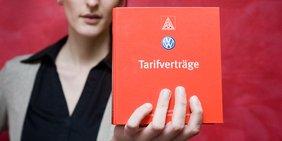 Frau mit Tarifvertrag IG Metall VW